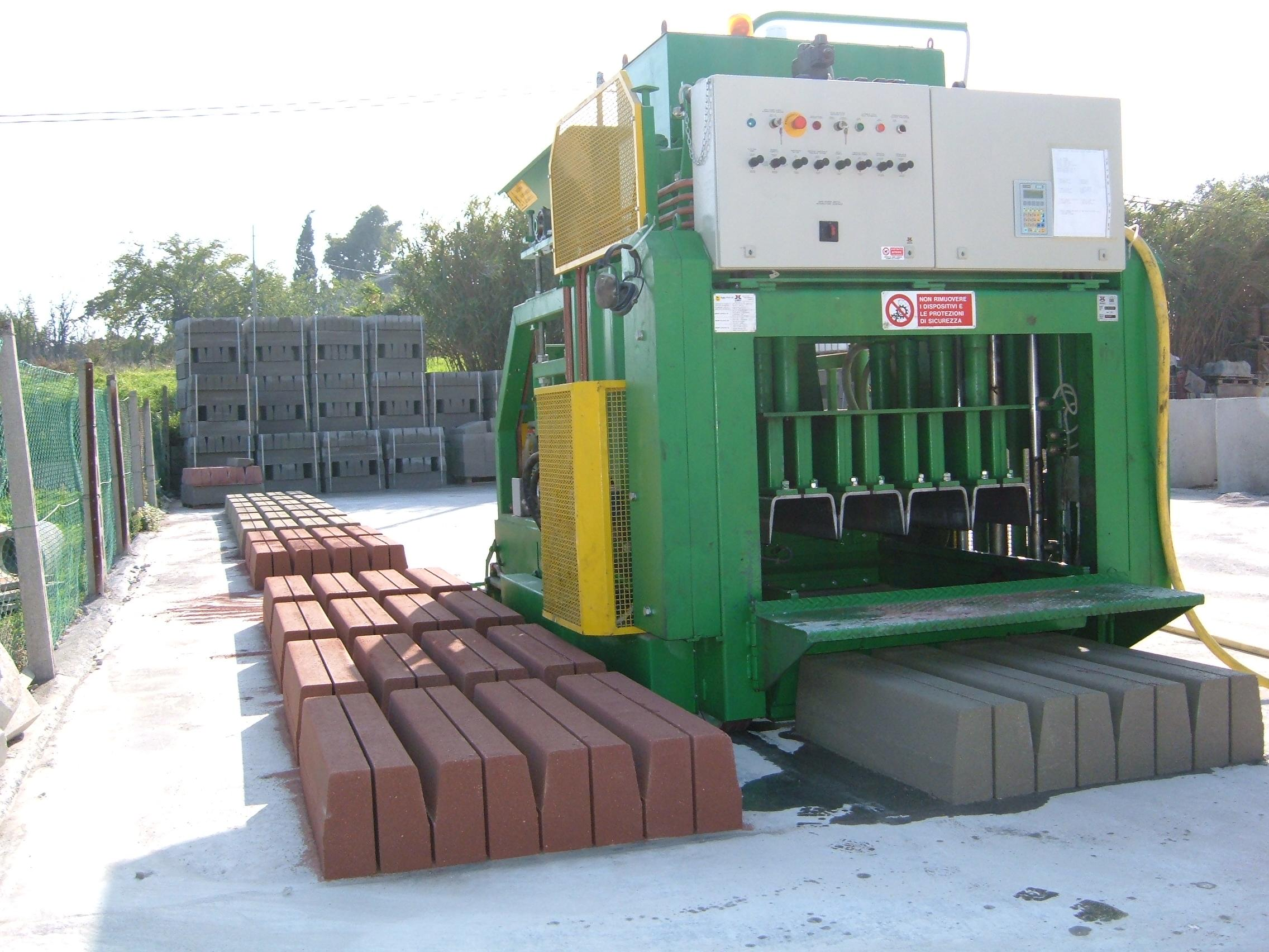 Mobile concrete block machine 1010 / A